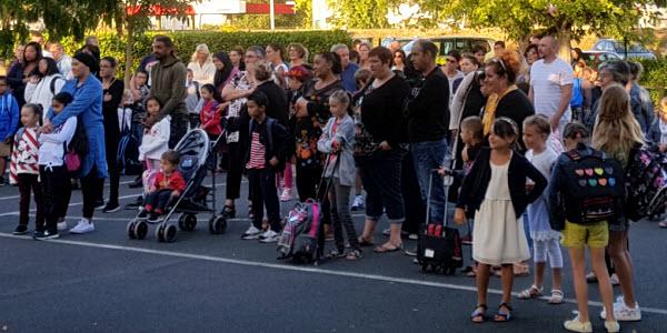 Les parents accueillis par l'équipe éducative de l'école primaire et le Maire de la commune